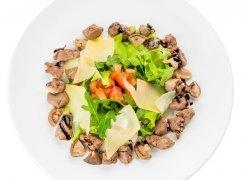 Теплый салат с куриной печенью и рукколой
